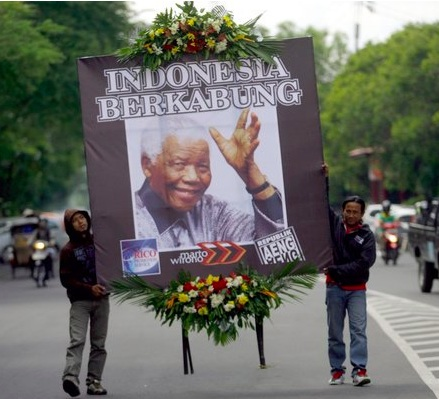 Two Indonesian men in Central Java paid tribute.Mohammad Ali:European Pressphoto Agency.